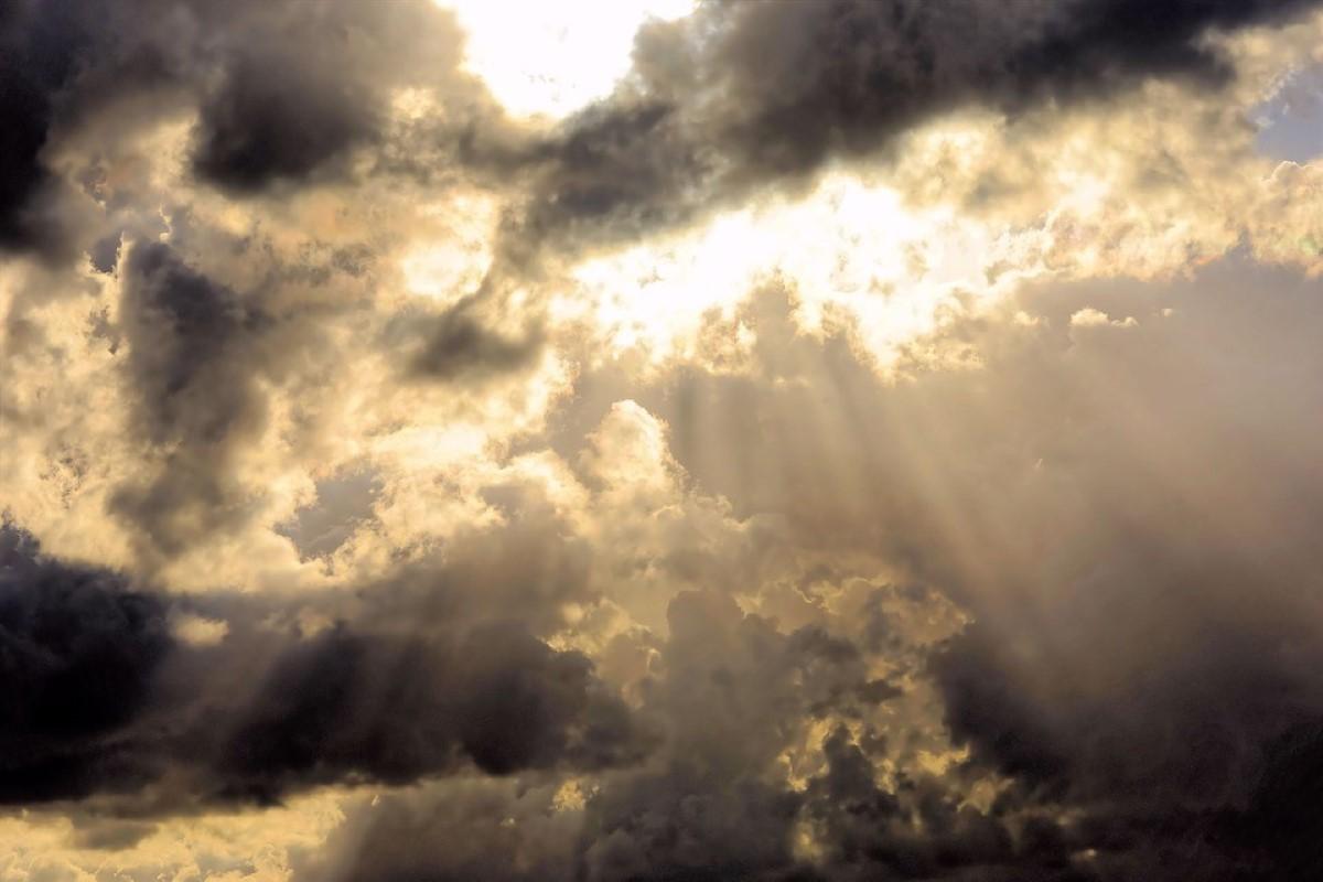 Nuvens rasgadas pela luz